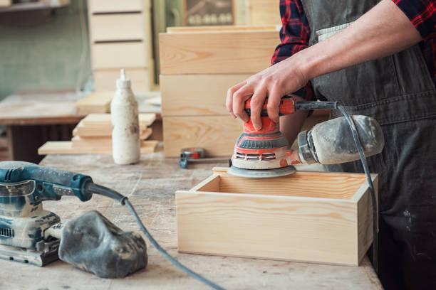 Arbeiter schleift die Holzkiste – Foto