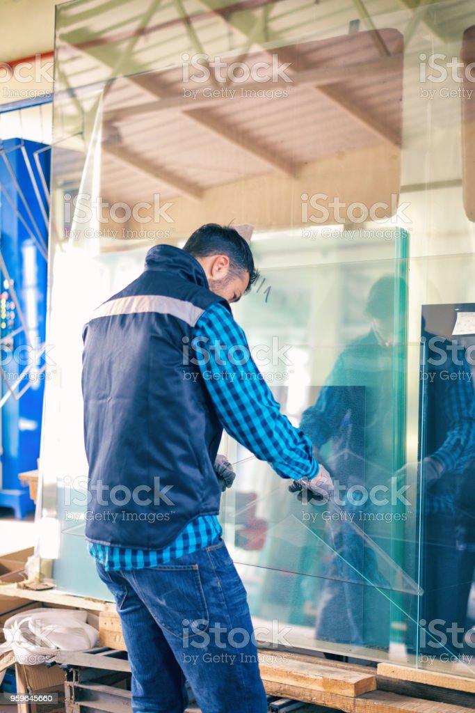 Trabajador manejo de hoja de vidrio en almacén - Foto de stock de Adulto libre de derechos