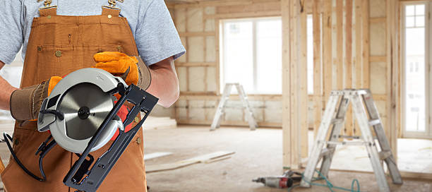worker hands with electric saw – Foto