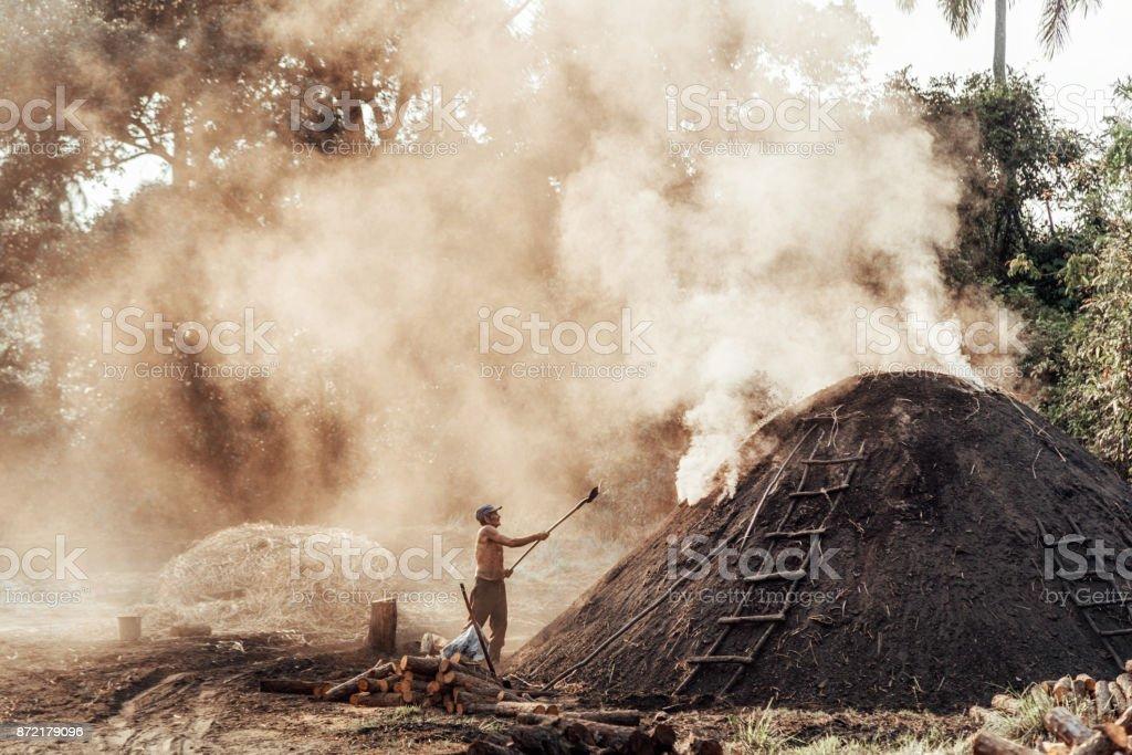 Arbeiter in Kuba, die Herstellung von Holzkohle – Foto