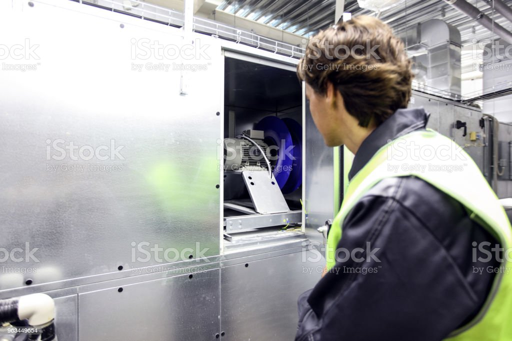 Pracownik w rozdzielni elektrycznej - Zbiór zdjęć royalty-free (Dorosły)