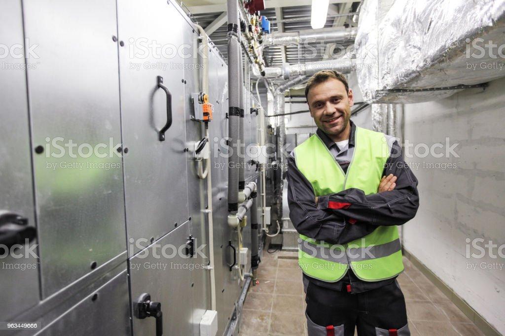 Pracownik w rozdzielni elektrycznej - Zbiór zdjęć royalty-free (Rozdzielnia elektryczna)