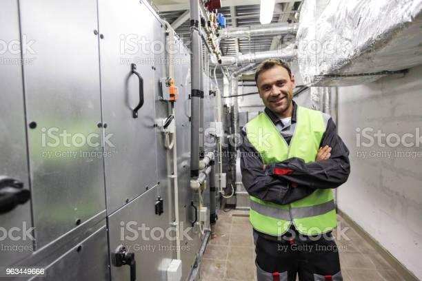 Pracownik W Rozdzielni Elektrycznej - zdjęcia stockowe i więcej obrazów Rozdzielnia elektryczna