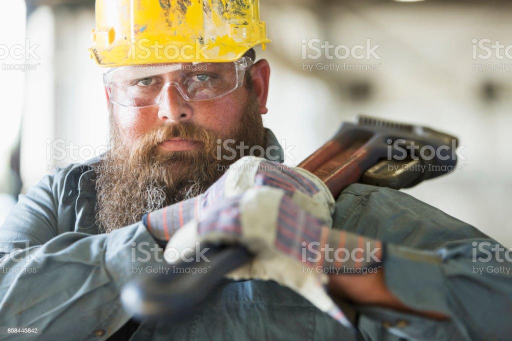 Trabalhador numa fábrica de transportar ferramenta de trabalho - Foto de stock de 35-39 Anos royalty-free