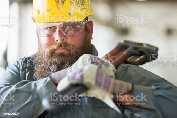 Foto de Trabalhador Numa Fábrica De Transportar Ferramenta De Trabalho e mais fotos de stock de 35-39 Anos