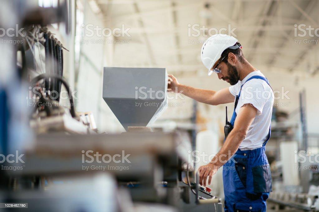 Worker in factory - Zbiór zdjęć royalty-free (Bezpieczeństwo)