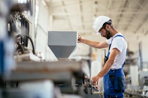 Worker In Factory - zdjęcia stockowe i więcej obrazów Bezpieczeństwo