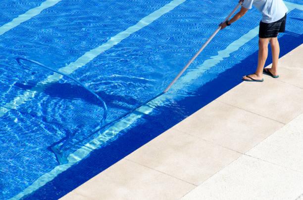 arbeiter in flip-flops reinigung schwimmbad mit vakuum kopf - flip flops reparieren stock-fotos und bilder