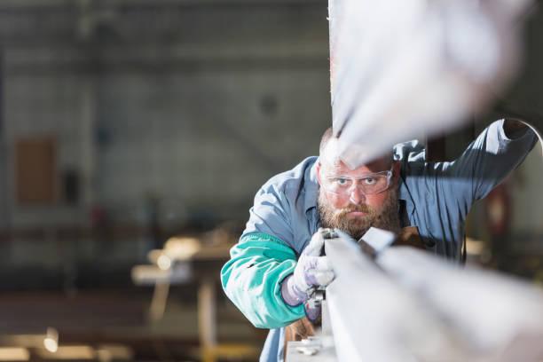 金属加工工場の労働者 - 金属工 ストックフォトと画像