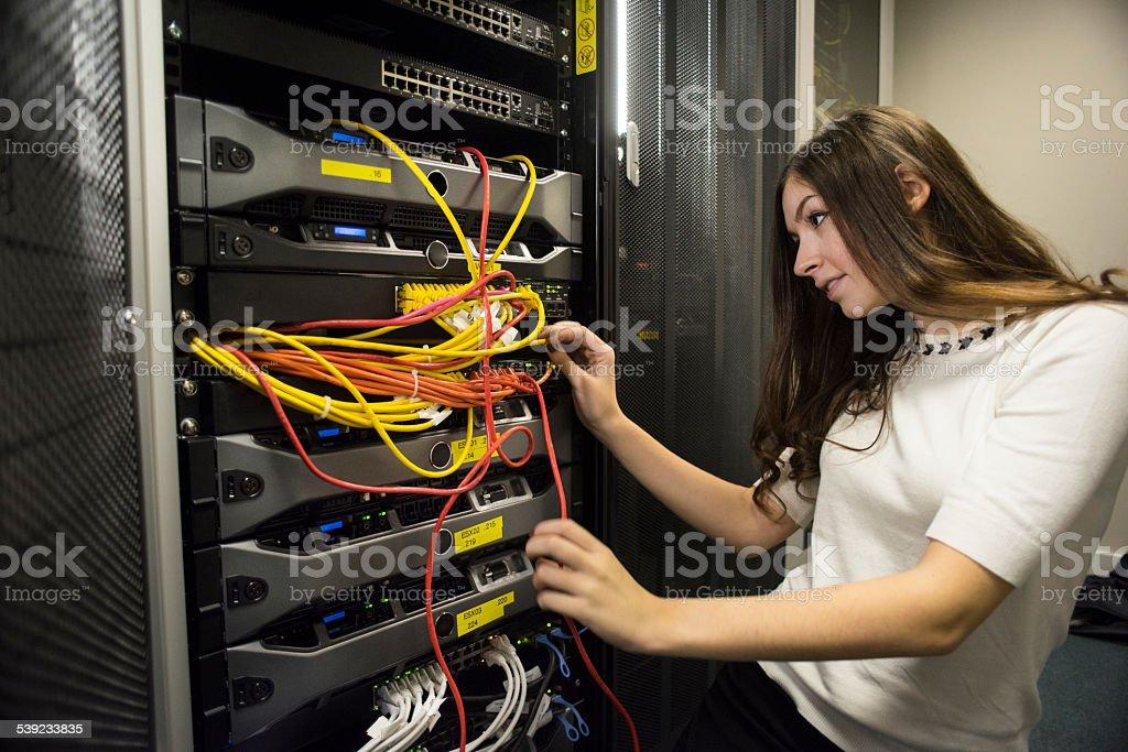 El trabajador en servidor de reparación de cables foto de stock libre de derechos