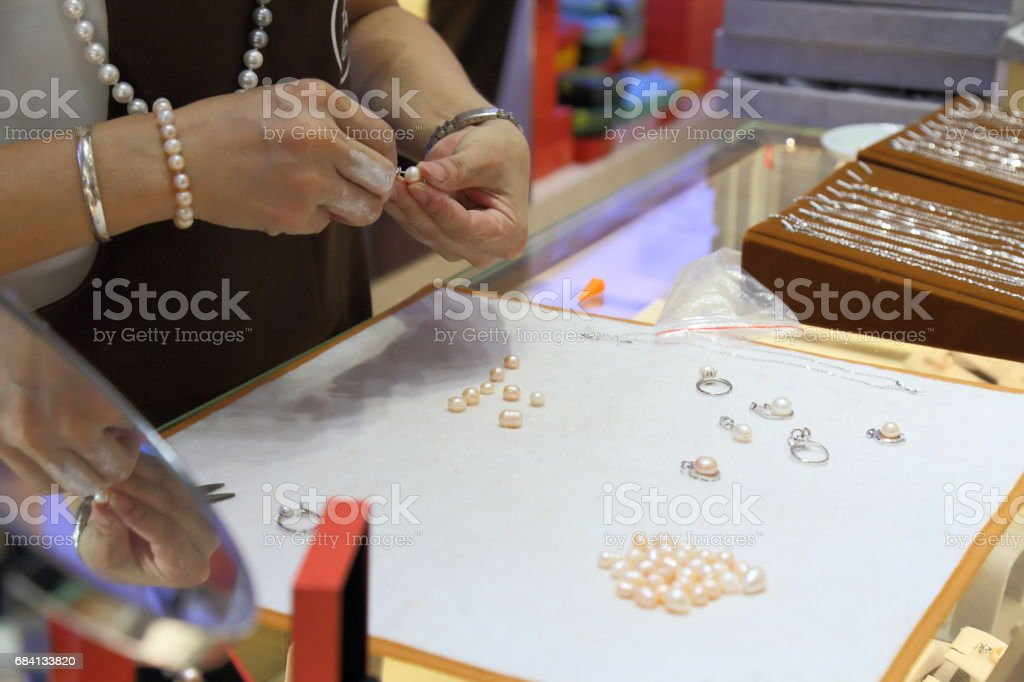 Worker in the production of Pearl Necklace foto stock royalty-free
