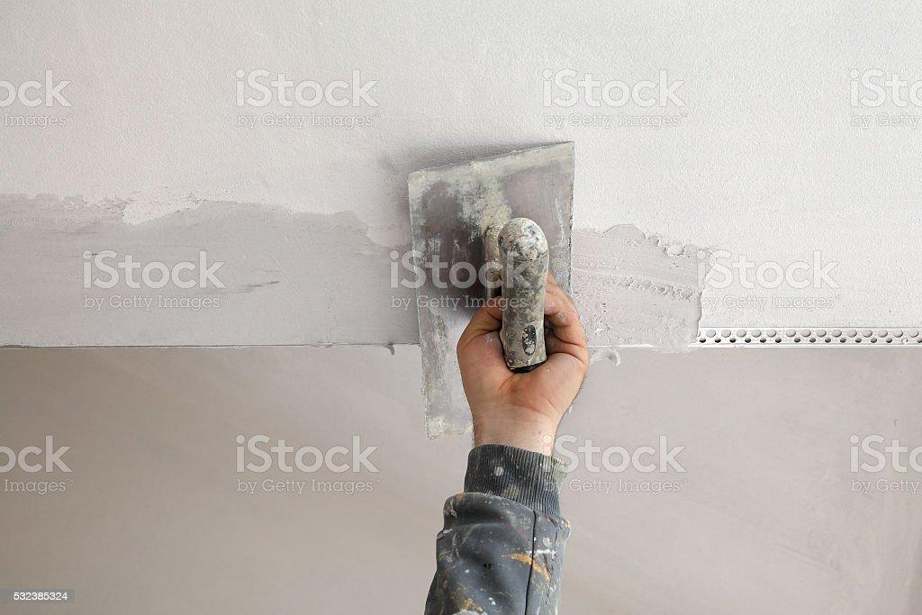 Arbeiter installieren batten an der Decke und den Wänden - Lizenzfrei Anstreicher Stock-Foto