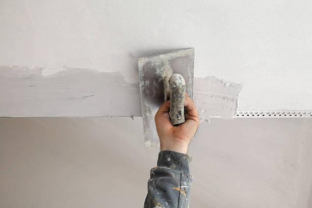 Arbeiter installieren batten an der Decke und den Wänden – Foto