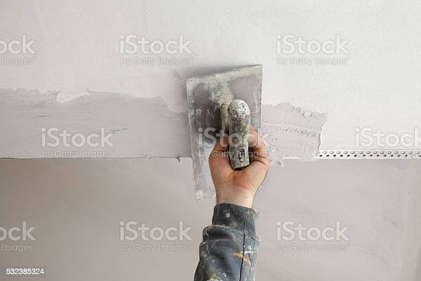Arbeiter Installieren Batten An Der Decke Und Den Wänden Stockfoto und mehr Bilder von Anstreicher