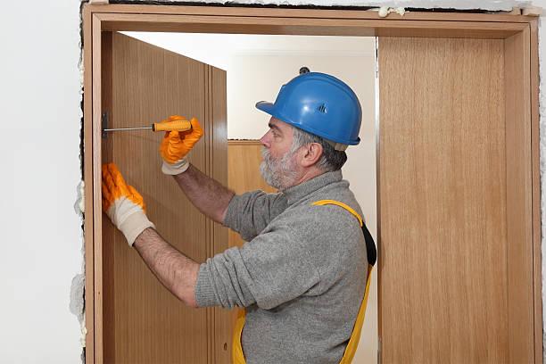 Arbeiter installieren neue Tür – Foto