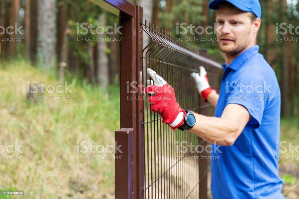 Photo libre de droit de Travailleur Installation Barrière De ...