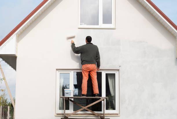 çalışan bir duvar boyama - boya boyamak stok fotoğraflar ve resimler