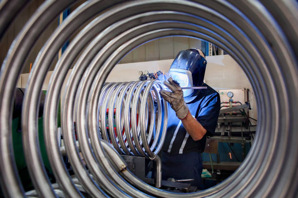 arbeitskraft ist metall rohre schweißen. - bogen bauen stock-fotos und bilder