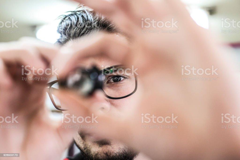 Arbeitnehmer, die betrachten eines Mikrochips – Foto