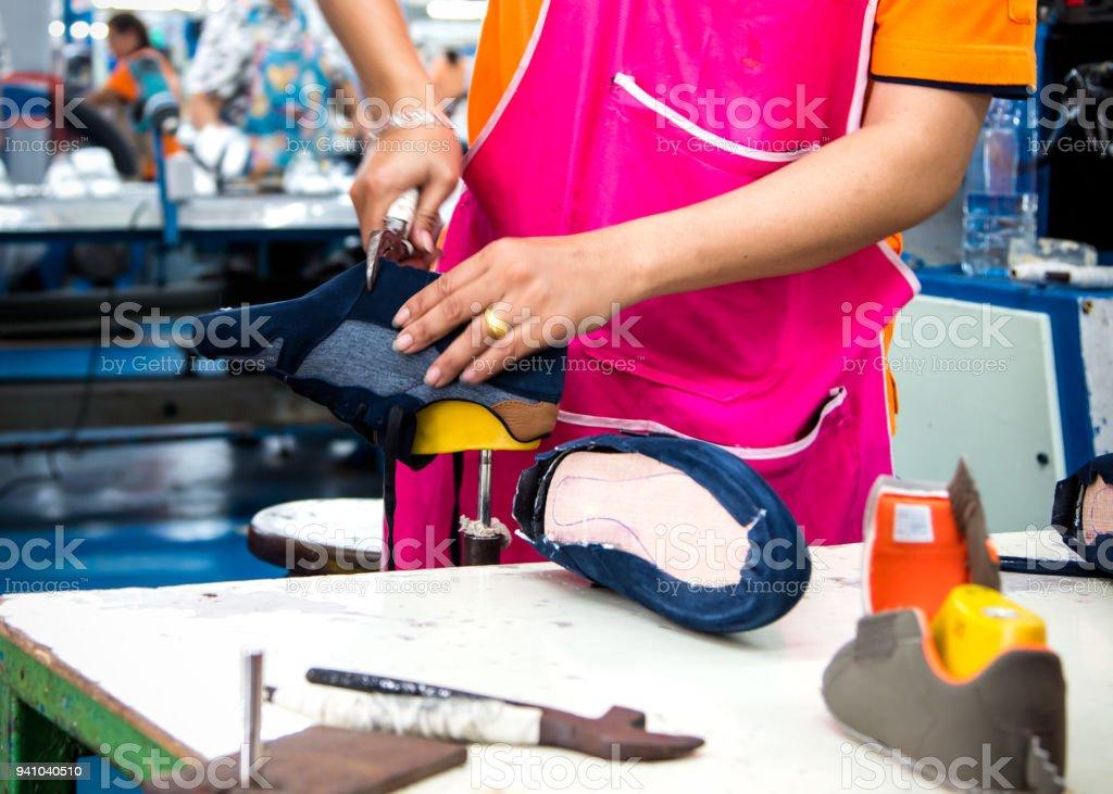 9f21479f96 trabajador que zapato en línea de producción de calzado foto de stock libre  de derechos