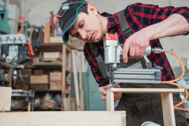 Arbeiter aus Holzkiste – Foto