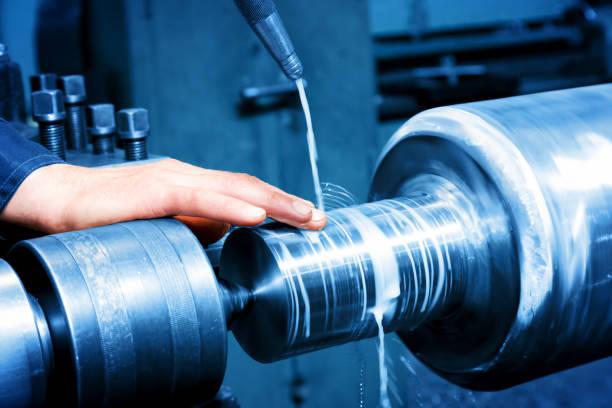 労働者は産業用回転機の測定します。業界 - 金属工 ストックフォトと画像