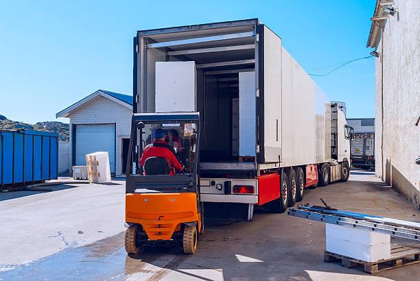 arbeiter auf der lader lasten lange weiße semi-truck - aufladen stock-fotos und bilder