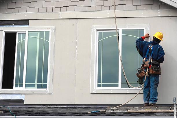 arbeiter auf dem dach - fenster einbauen stock-fotos und bilder
