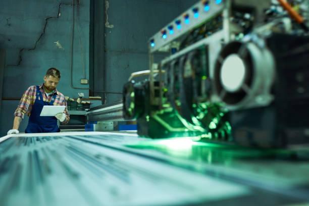 machine de gravure de fonctionnement de travailleur - objet gravé photos et images de collection