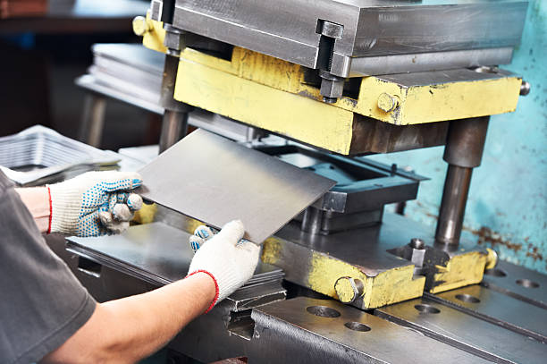 arbeiter betrieb metall press maschine zu - blech stock-fotos und bilder