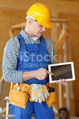 994878714 istock photo Worker pointing at tablet 911790824