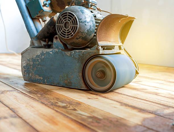 arbeiter polieren parkett mit schleifen-maschine - schmirgelmaschine stock-fotos und bilder