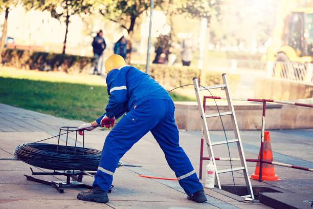 Arbeiter zieht die LWL-Kabel – Foto