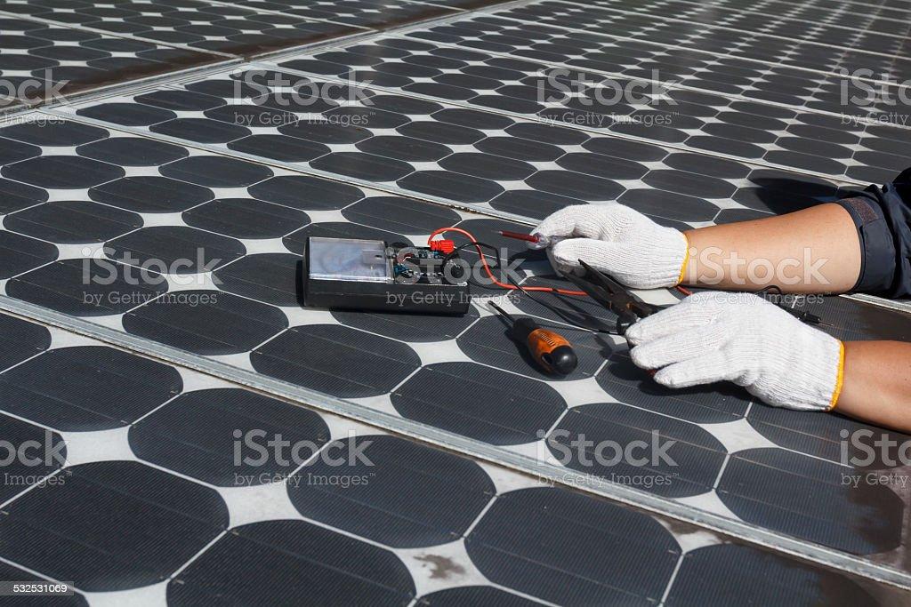 Arbeiter reparieren Energie photovoltaic Solarkollektoren – Foto