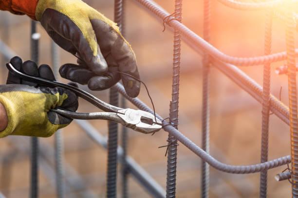 Arbeitnehmer sichern Stahl Rebar Rahmung mit Zange Cutter Werkzeug Draht auf Baustelle – Foto