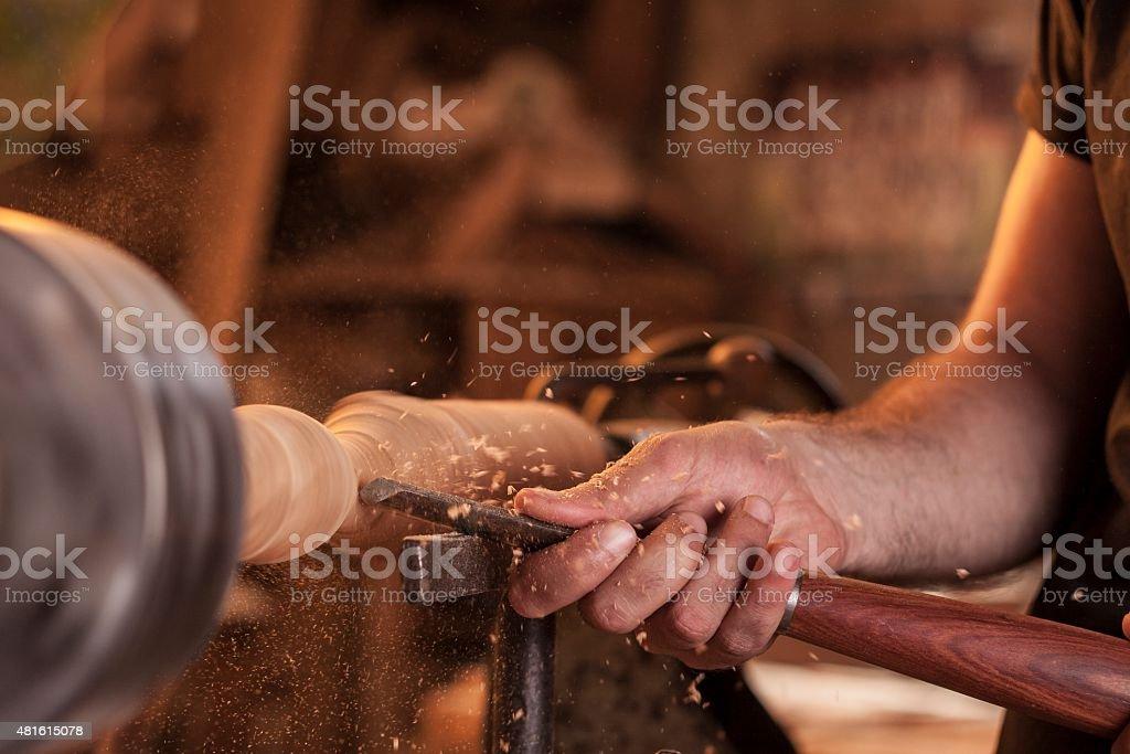 Arbeiter aus Holz auf Drehmaschine – Foto