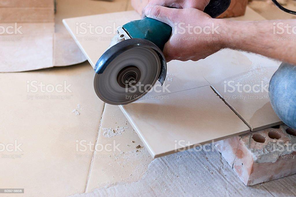 Arbeitnehmer mit einer Schleifmaschine Winkel – Foto
