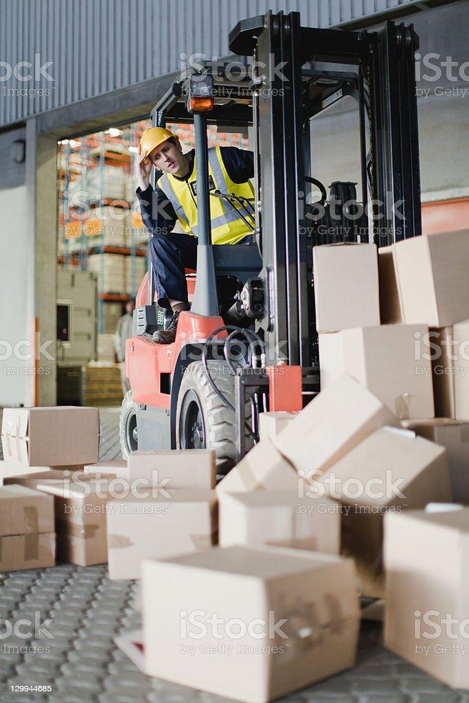 Travailleur avec chariot élévateur à récupérer forts - Photo