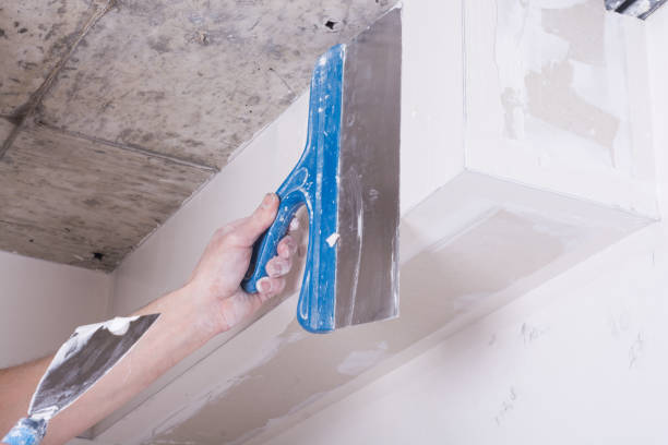 worker using gypsum plaster hand of worker using gypsum plaster ceiling joints at construction site plaster ceiling design stock pictures, royalty-free photos & images