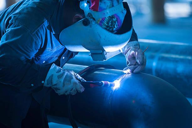 Arbeiter Schweißen Metall-Paspelierung mit wig Schweißer – Foto