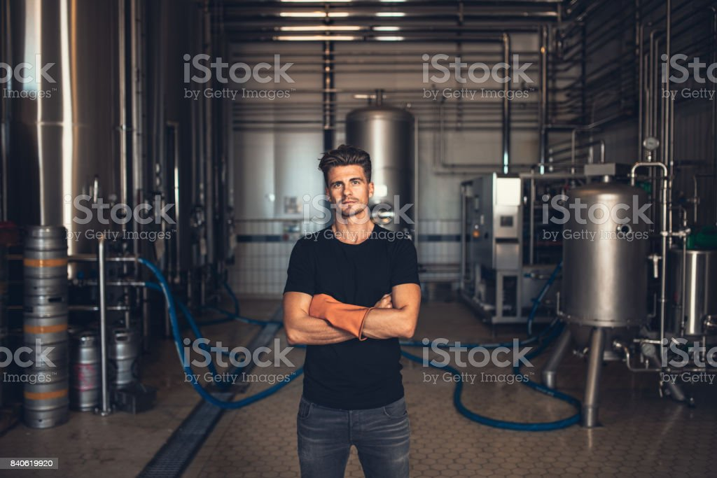 Worker with industrial equipment at the brewery. - foto stock