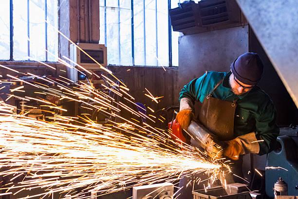 trabalhador com moedor de metal de - cheio - fotografias e filmes do acervo