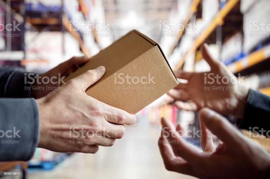Arbeiter mit Paket in ein Auslieferungslager – Foto