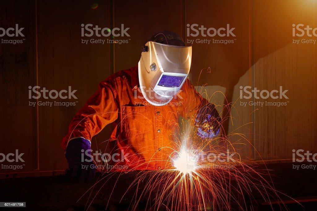 Travailleur avec Masque de protection en métal soudure photo libre de droits