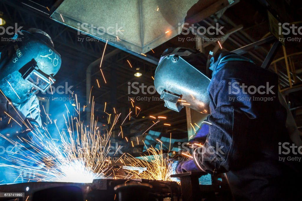 worker with protective mask welding metal – Foto