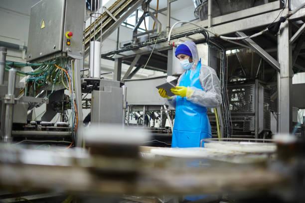 arbetare med surfplatta - livsmedelstillverkningsfabrik bildbanksfoton och bilder