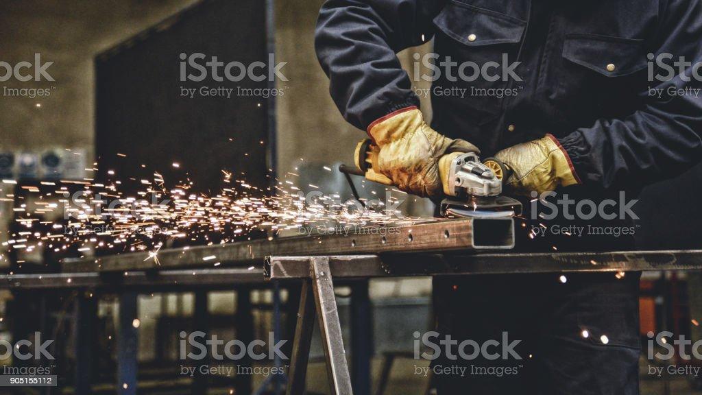Trabajador con la amoladora - foto de stock