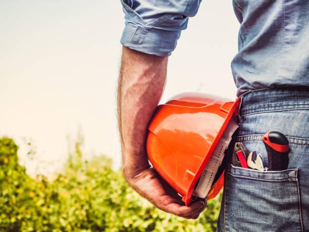 trabajador con herramientas y un casco naranja - obrero de la construcción fotografías e imágenes de stock