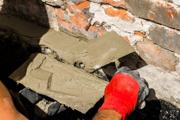 arbeiter mit wand verputzen werkzeuge renovierung haus - peeling herstellen stock-fotos und bilder