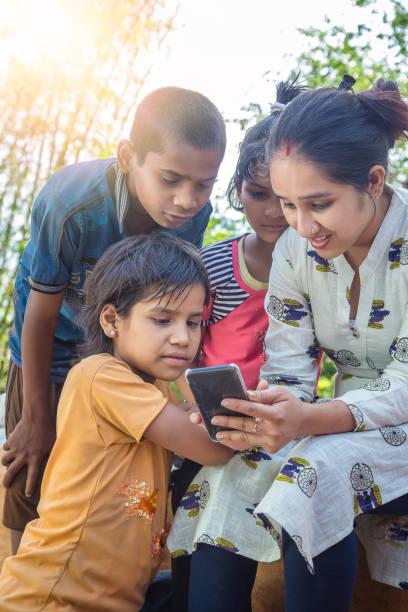 NGO-Mitarbeiterin Frauen mit Kindern mit Handy – Foto